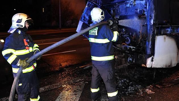 Požár motoru autobusu na Evropské ulici v Praze.