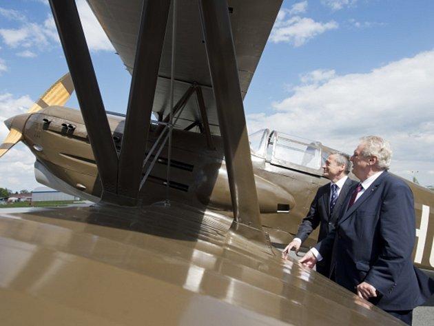 Prezident Zeman otevřel expozici o velitelích a historii kbelského letiště.