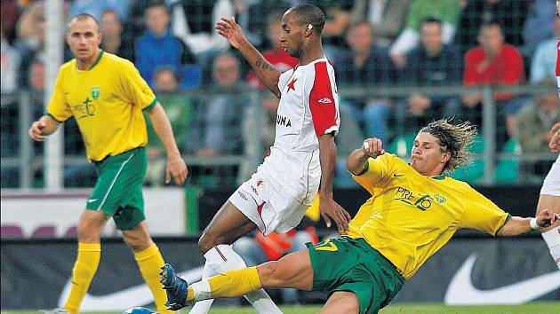 Žilinský fotbalista Andrej Porázik se snaží vypíchnout míč slávistovi Tavaresovi v utkání 2. předkola Ligy mistrů.