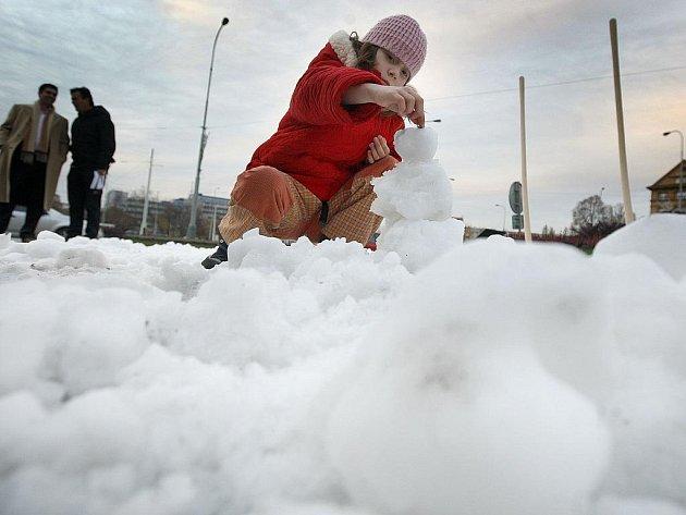 SNĚHOVÁ POHOTOVOST. Na Vítězné náměstí bylo navezeno 8 kubíků sněhu a při jedné ze soutěží děti stavěly sněhuláka do jedné minuty.