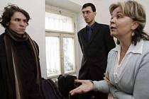 Jedna z poškozených Martina Chmelová se svým právním zástupcem a Lukáš Matějka (vlevo) ze společnosti Arnika u soudu.
