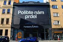 Polibte nám prdel, vzkazuje Paralelní Polis radnici Prahy 7. V budově v Holešovicích sídlí mimo jiné kavárna, kde je možné platit pouze kryptoměnami, například bitcoinem.