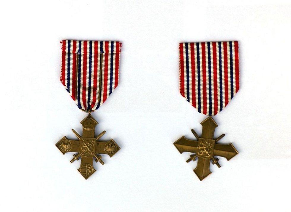 Válečné kříže rodičů Evy Merclové.