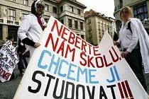 Marně protestovali před magistrátem studenti se svými učiteli proti sloučení Střední školy odborné přípravy v Poděbradské se Středním odborným učilištěm energetickým.