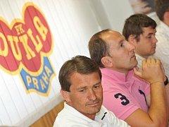 POSTUPU SE NEBRÁNÍME. Zleva Günter Bittengel, Martin Lafek a Petr Voženílek na tiskové konferenci.