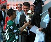 Pavel Kuka předává cenu nejlepšímu hráči turnaje, kterým byl Tiago Dias ze Sportingu