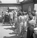 Žluté lázně. Byly založeny roku 1910 a nejpopulárnější byly ve 30. letech. V roce 1955 ochladila vltavskou vodu Slapská přehrada a návštěvníků začalo ubývat (snímek z roku 1959).