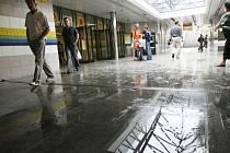 Po přívalovém dešti byl přibližně na jednu hodinu zatopen vestibul metra Hloubětín. Na snímku vestibul po odčerpání vody hasiči.