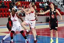 HRÁČKY SLAVIE si zahrávají s postupem do TOP 6 Ženské basketbalové ligy. Po prohře s Hradcem Králové 76:88 ztrácejí na šesté Strakonice dva body. Přesto mají stále vše ve svých rukou.