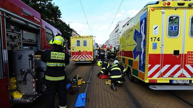 V ulici Sokolovská hasiči vyprošťovali zaklíněnou osobu po střetu osobního auta a tramvaje.