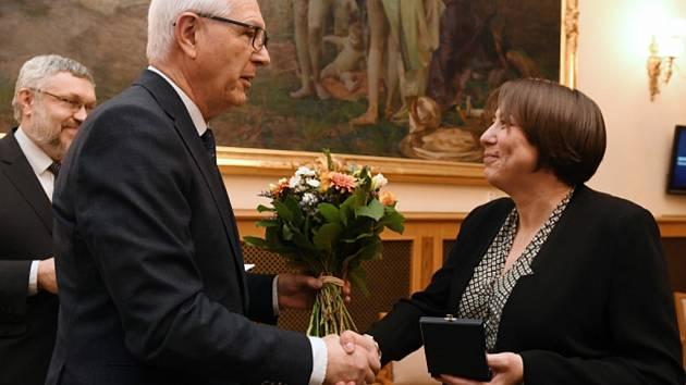 Jiří Drahoš předal v Praze čestnou oborovou medaili Vojtěcha Náprstka za popularizaci vědy Janě Šrotové.