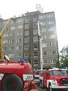 Požár panelového domu v Čelákovicích.