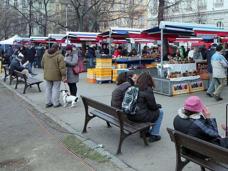 Farmářské trhy na náměstí Jiřího z Poděbrad. Ilustrační foto.