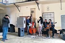 Kapela Iansamba si vystoupení užila, i když návštěvníků festivalu Žižkovské mezidvorky bylo letos méně.