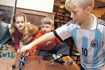 Lego den pro děti se sociálním znevýhodněním uspořádala v pražské kavárně Adastra nezisková organizace Zajíček na koni.