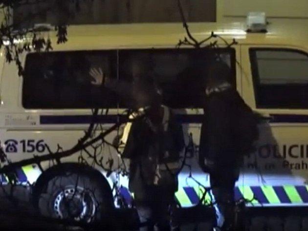 Parta mladíků ničila vozidla v centru Prahy.
