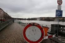 Zvednutá hladina Vltavy v oblasti pražské náplavky.