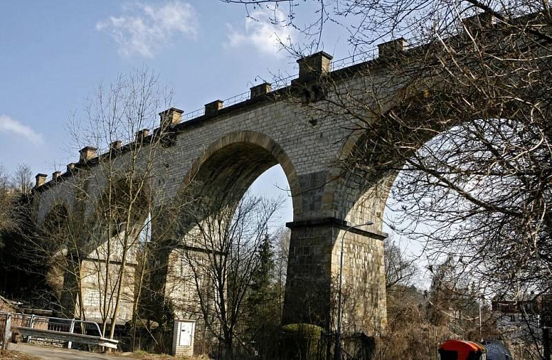 Trať Pražského Semmeringu s viaduktem na okraji Prokopského údolí.
