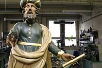 Poškozená socha hvězdáře ze staroměstského Orloje byla 30. dubna odvezena k odborné restauraci.