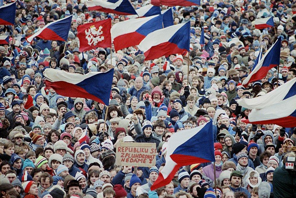 Sametová revoluce. Až 800 tisíc lidí se sešlo v sobotu 25. listopadu 1989 na Letenské pláni, aby vyjádřilo v tento klíčový moment podporu Občanskému fóru.