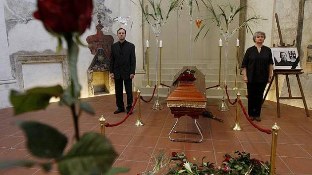 Lidé přicházeli uctít památku zemřelého prezidenta Václava Havla 19. prosince na Pražskou křižovatku, kde dávali květiny a klaněli se rakvi s jeho ostatky.