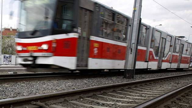 Opilí a zdrogovaní muži mlátili na konečné řidiče tramvaje. Pomohli mu strážníci