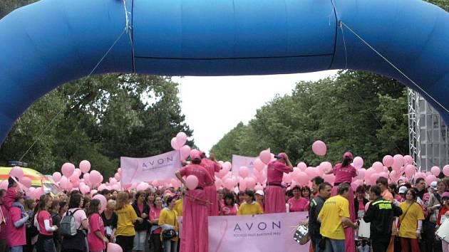 PENÍZE NA RAKOVINU. Výtěžek z pochodu poputuje organizacím bojujícím proti rakovině prsu.