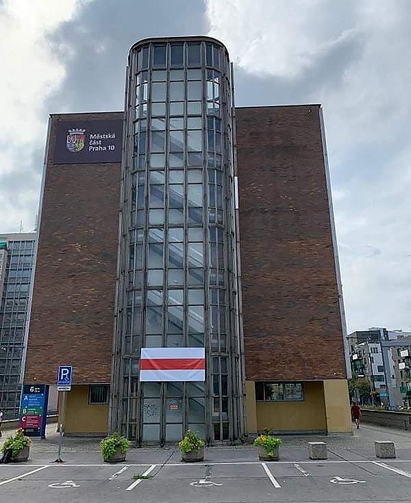Historická vlajka Běloruska vlaje i ve Vršovicích.