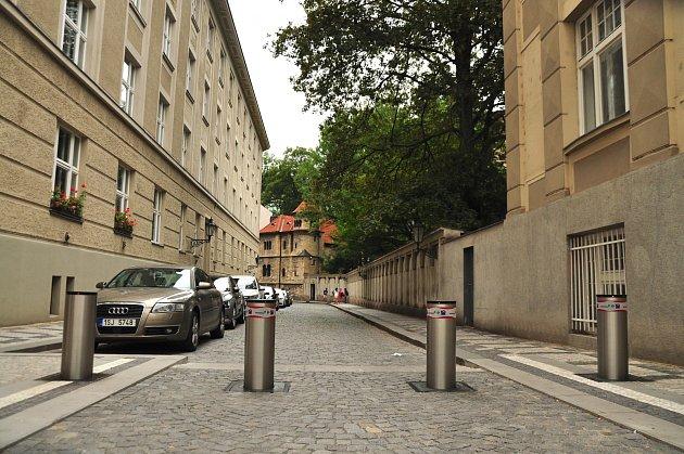 Sloupky v Břehové ulici.
