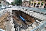 V Ječné ulici praskl vodovodní řad.