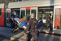 Muž, který vyhrožoval s nožem v ruce cestujícím v pražské tramvaji, skončil v péči záchranářů.