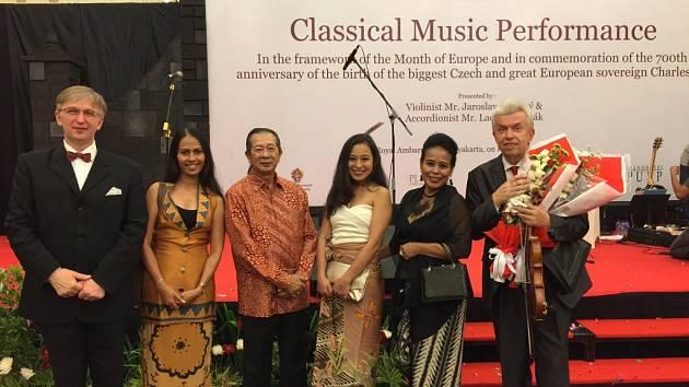 Houslista Jaroslav Svěcený v Indonésii: po koncertě v Yogyakartě.