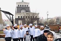 Zástupci radnice Prahy 3 rozlévali rybí polévku na náměstí Jiřího z Poděbrad.