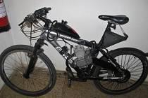 Silně opilý muž jel na kole přestavěném na motorku.