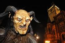 Průvod pražských strašidel prošel centrem hlavního města 1. listopadu večer.