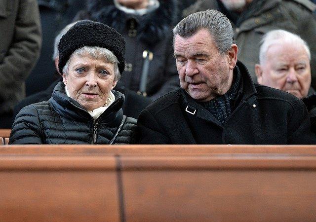 Poslední rozloučení s Michalem Pavlatou. Na snímku Jana Štěpánková a Václav Postránecký.