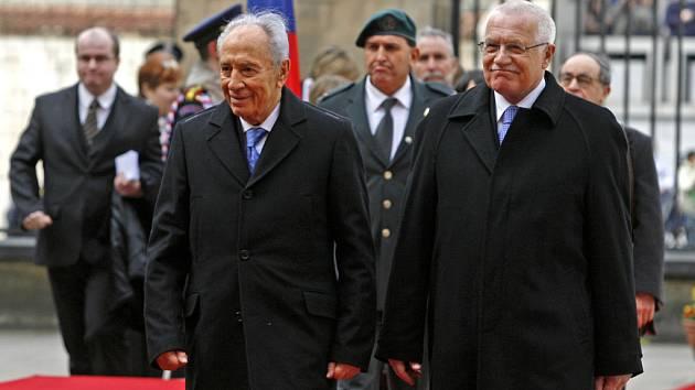 Prezident Václav Klaus uvítal 30. března na Pražském hradě izraelského prezidenta Šimona Perese, který přicestoval na oficiální návštěvu České republiky.