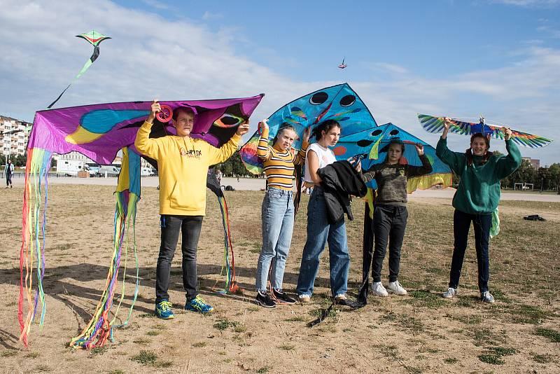 Pouštění draků na Letenské pláni pro podporu  dětí z Afgánistánu.