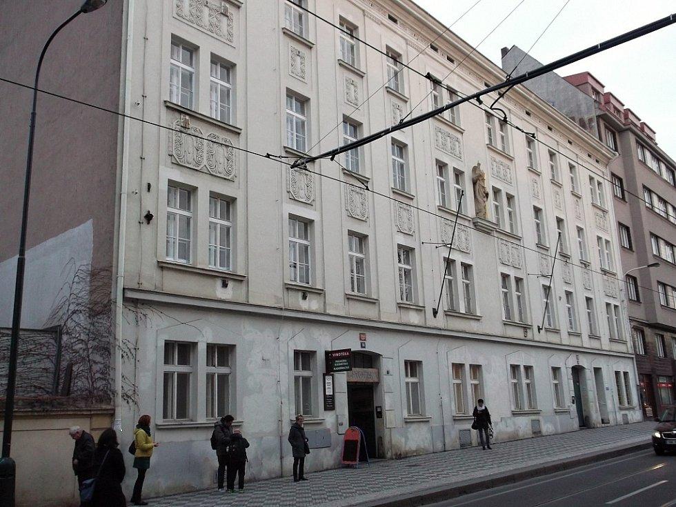 Bytové domy v ulici Na Slupi v Praze by se měly dočkat zásadní rekonstrukce. V přízemí a prvním patře by pak i přes odpor místních obyvatel měly vzniknout jesle.