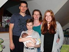 Pěstouni Jana a Jaroslav Toušovi se svými dětmi a také s malým človíčkem v péči.