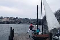 Historický dvoustěžník Jim čeřil hladinu Vltavy u Karlova mostu celou neděli. Mezi šlapadly a výletními loďmi byly jeho plachty nepřehlédnutelné.