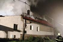 Při příjezdu první jednotky už byla v jednom ohni nejen střecha, ale zasažen byl také přístavek navazující na dům. K boji s plameny posloužilo pět vodních proudů, uvedl za profesionální hasiče Petr Svoboda.