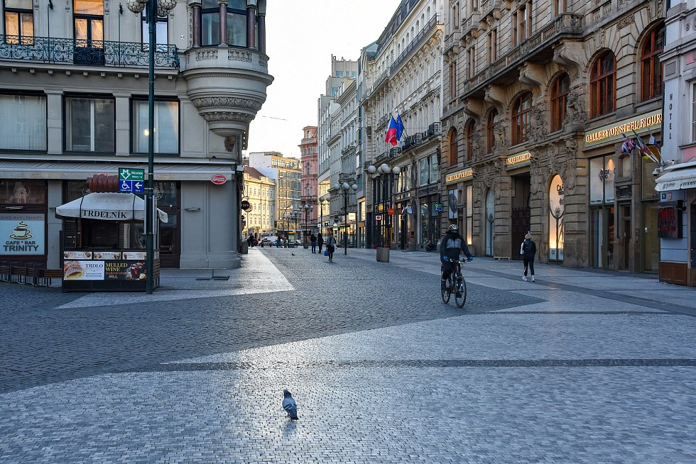 Prázdné ulice Prahy a lidé s rouškami 18. března 2020. Václavské náměstí - Můstek.