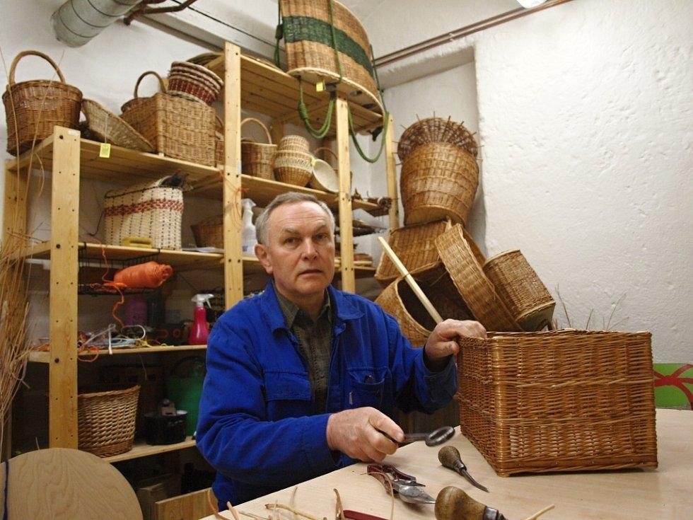 Košíkář Petr Stránský poslední dva roky také vyučuje košíkářství na Střední umělecké škole textilních řemesel v Praze.