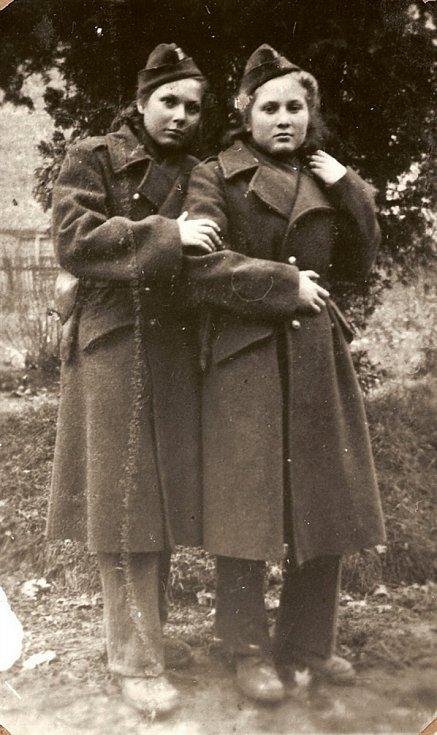 Sylva Laštovičková a Věra Biněvská v Krosnu 1944.