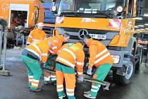 Pražské služby dokončují přestavby sypačů na úklidové a kropicí vozy.