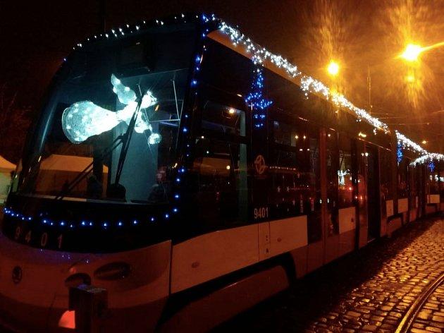 VPraze už svítí speciální vánoční tramvajová souprava.