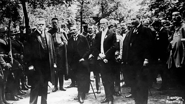 Vítkov 1920. Prezident Tomáš Garrigue Masaryk v doprovodu starosty Dr. Kostrakiewicze (vpravo) na slavnosti položení základního kamene k pomníku Jana Žižky na Žižkově.