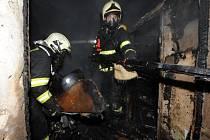 Hasiči v noci na pondělí likvidovali požár v bytovém domě