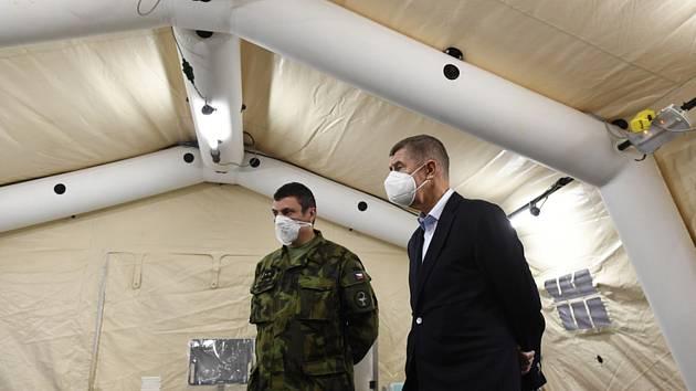 Premiér Andrej Babiš (vpravo) si prohlédl 25. října 2020 dostavěnou polní nemocnici v Letňanech v Praze.